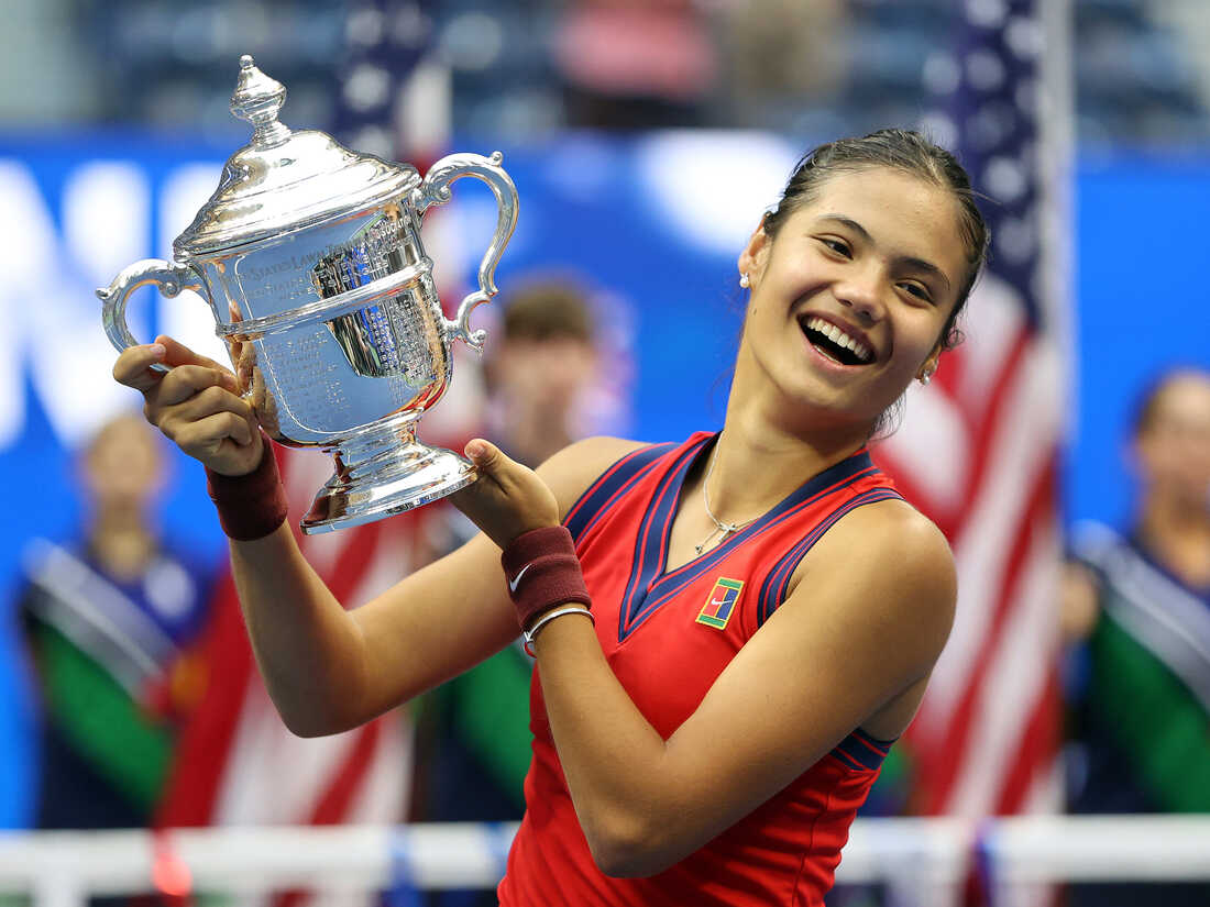 Emma Raducanu holding the US Open Cup